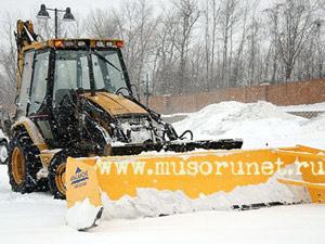 Рабочий по уборке снега с крыш